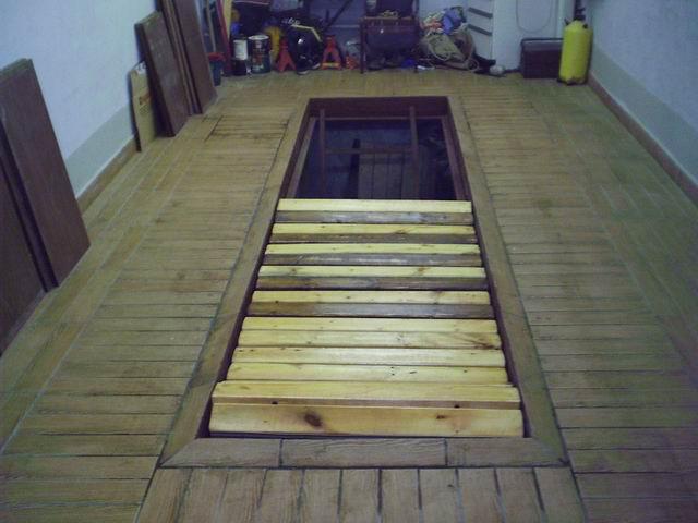 Смотровая яма в гараже с деревянным полом