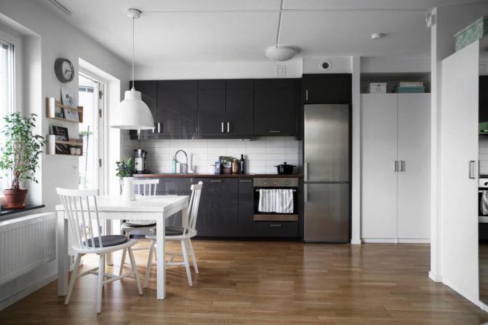 Совмещенная кухня чёрного цвета