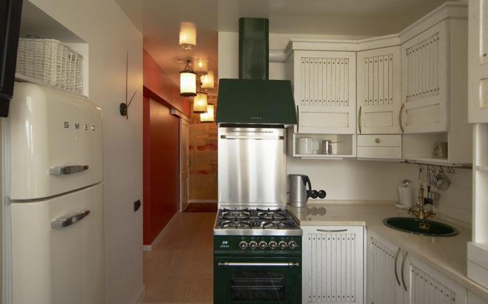 Современная маленькая кухня без двери