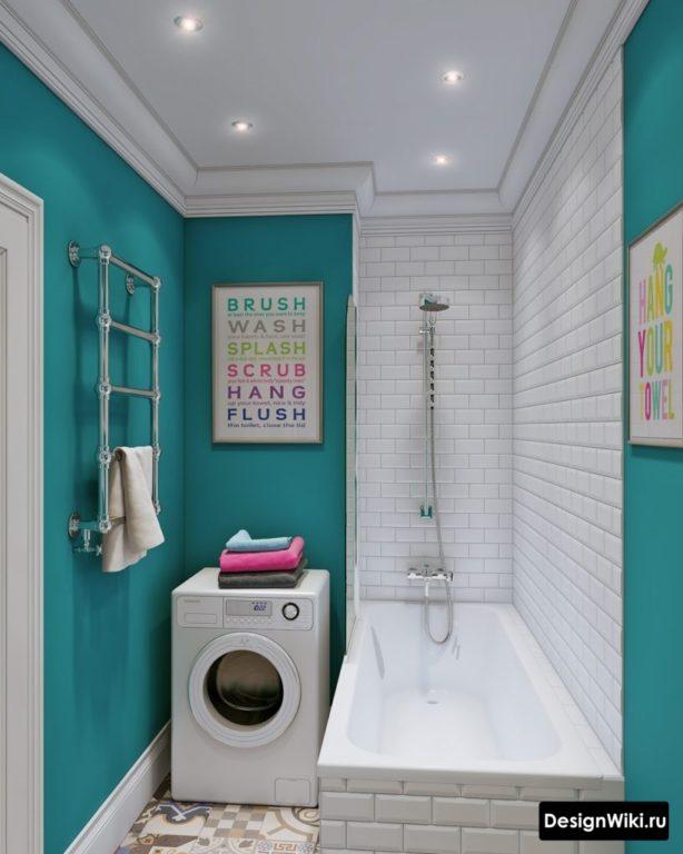 Сочетание белого и синего в ванной в хрущевке