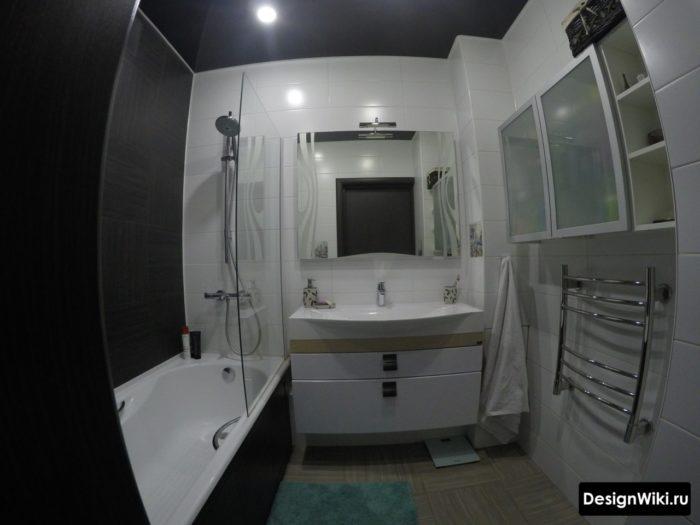 Сочетание черного и белого цветов в ванной в хрущевке