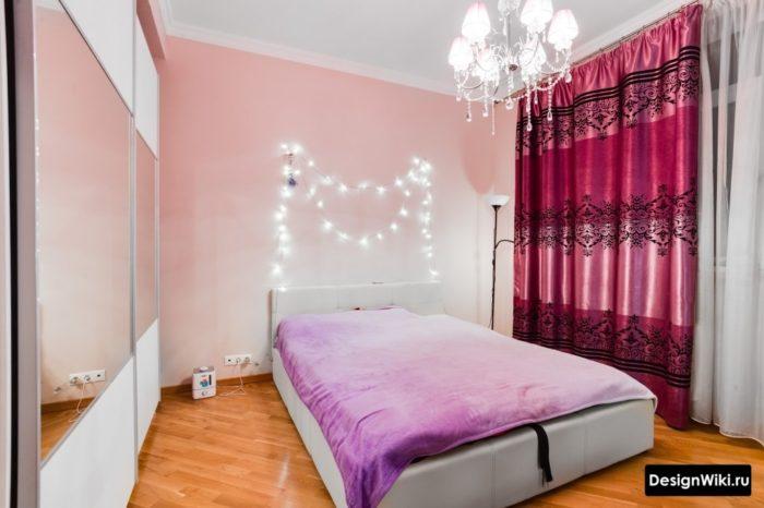 Спальня девушки с гирляндами за кроватью