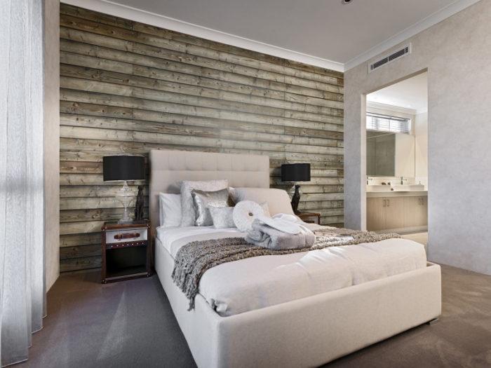 Спальня с обоями с имитацией досок