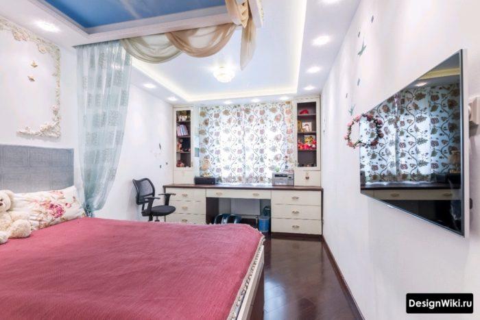 Спальня с рабочим столом для