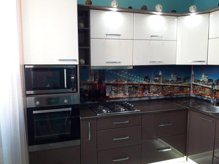 Тёмный низ и фартук на маленькой кухне