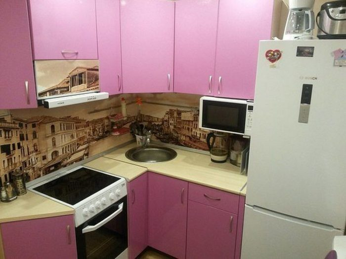 Угловая розовая кухня в хрущевке