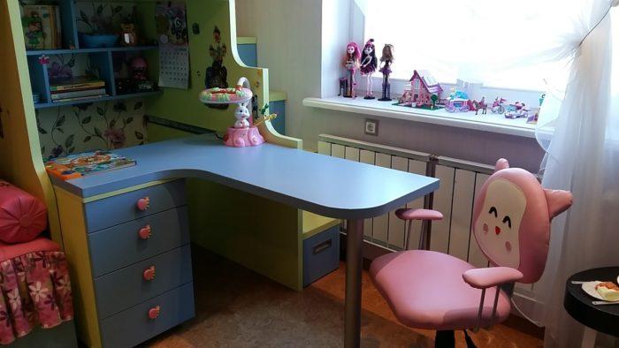 Угловой синий стол для девочек
