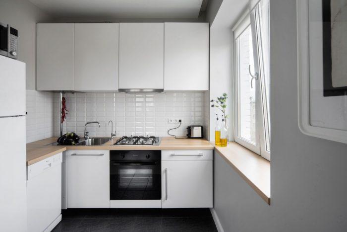 Узкая столешница вместо подоконника на кухне