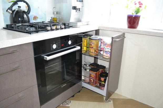 Узкий выдвижной ящик на кухне