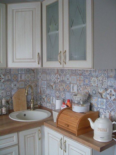 Фартук из плитки с узором на маленькой кухне