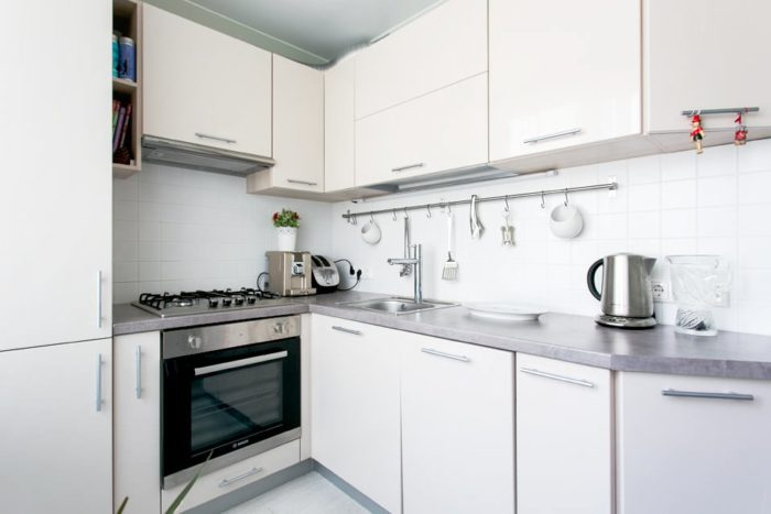 Фасады цвета топлёное молоко в маленькой кухне