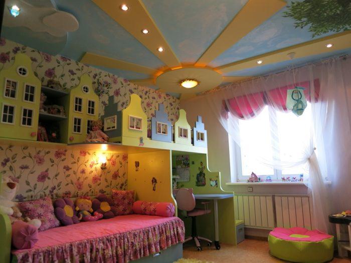 Фигурный потолок в детской