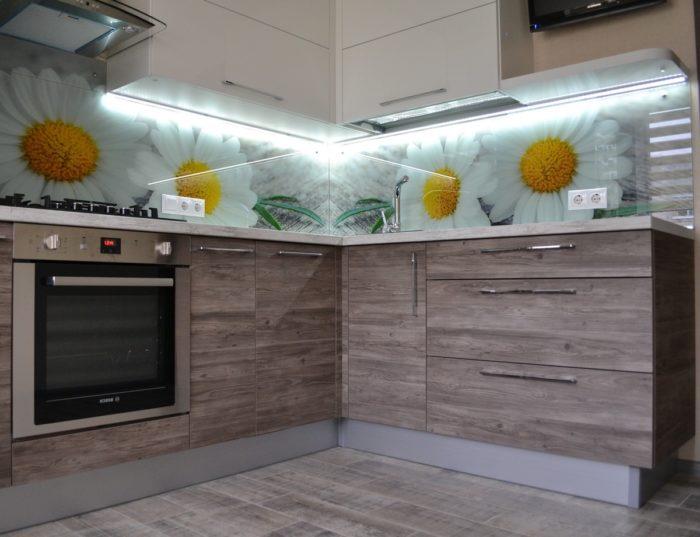Фотографии ромашек за стеклом фартука кухни