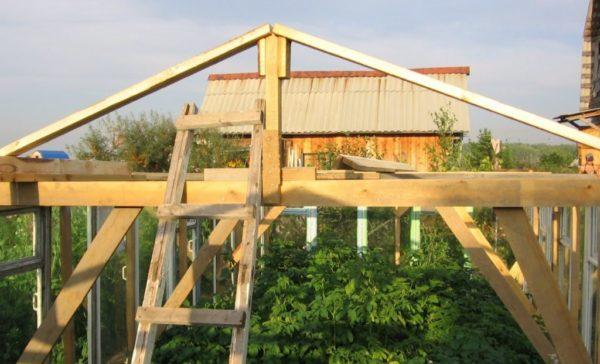 Установите стойки двускатной крыши