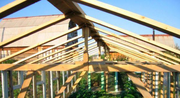 Каркас крыши с деревянным коньком