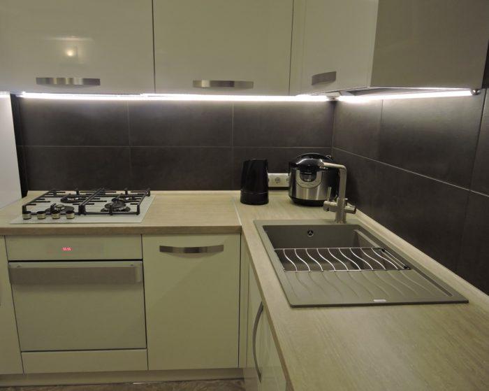 Чёрная плитка на фартук для кухни