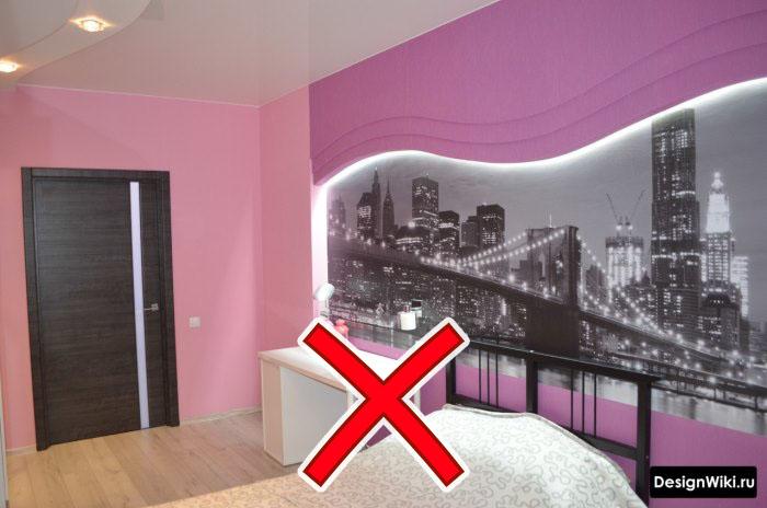 Чёрно-белые фотообои и розовый в комнате подростка девушки