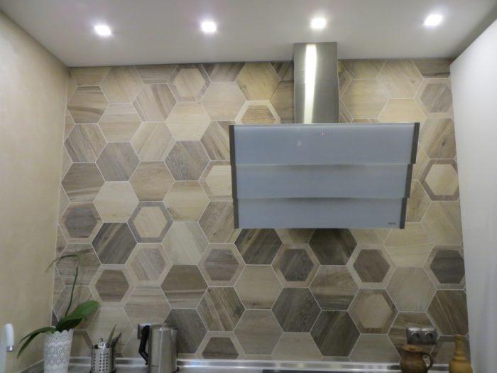 Шестиугольная плитка с имитацией дерева на фартук