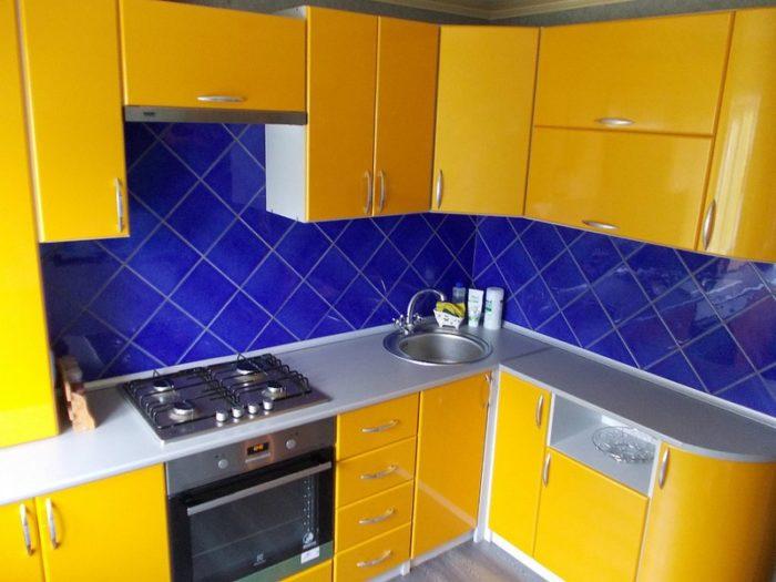 Яркая жёлтая кухня в хрущевке