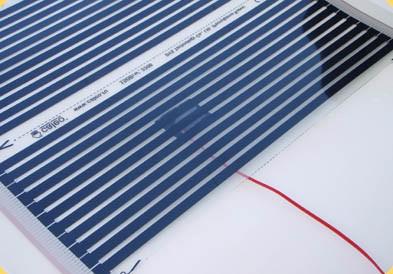 Установленный и приклеенный датчик температуры пола. Вид сверху термопленки