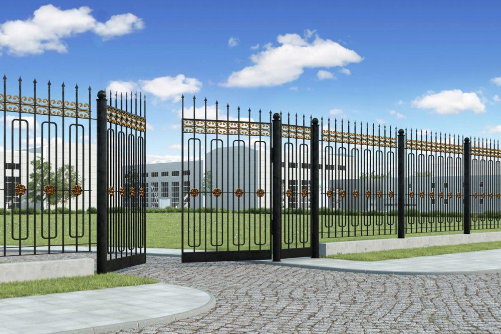 большой коттедж с металлическим забором