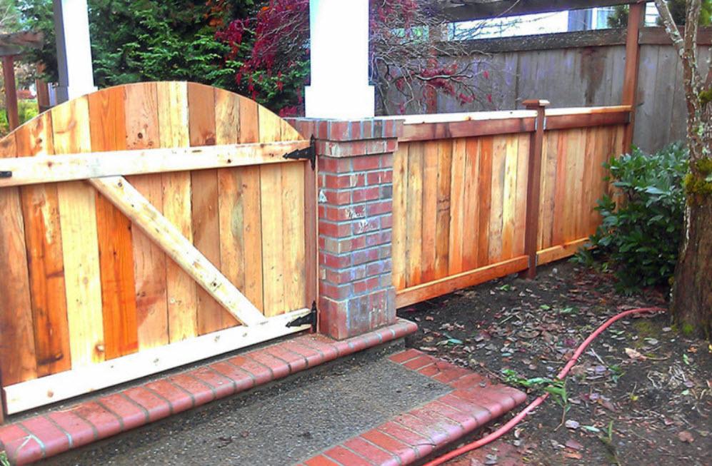 забор из натуральной породы дерева