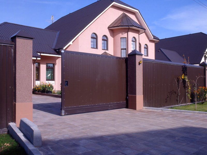 коттедж с забором из профнастила