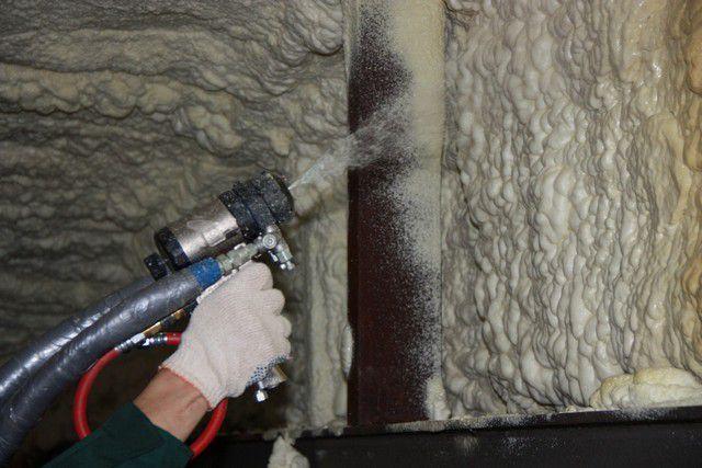 Пенополиуретановая теплозащита наносится на поверхности распылителем