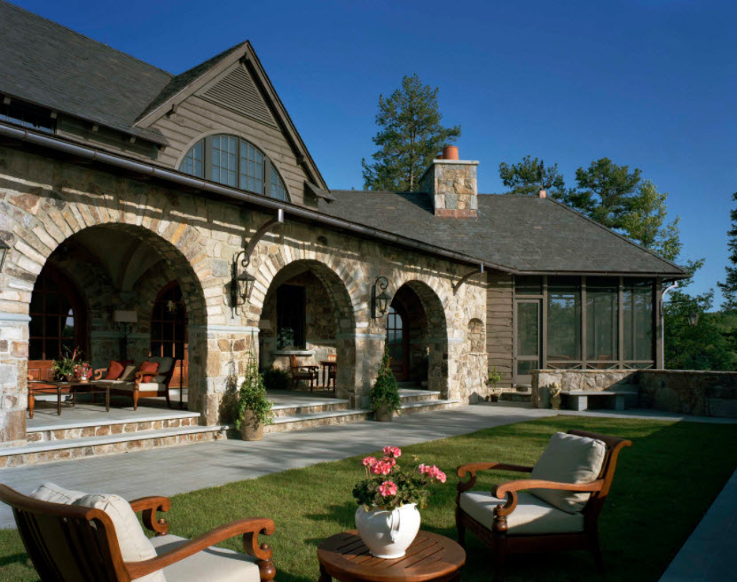 одноэтажный дом из камня с террасой