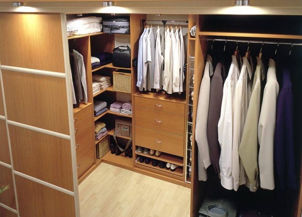 Для маленькой гардеробной специалисты рекомендуют выбирать практичные двери-купе