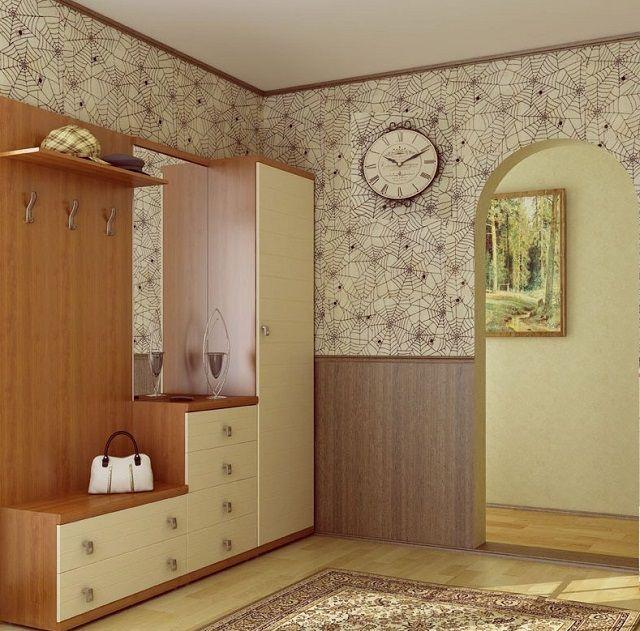 Низ стены отделан панелями, верх – моющимися флизелиновыми обоями