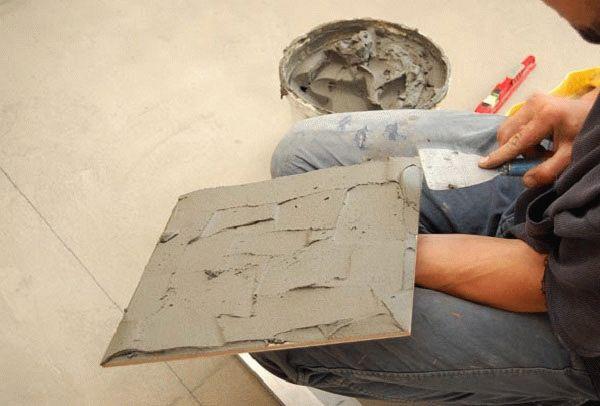 Правильное нанесение клея на основание плитки