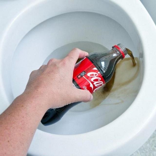 «Кока-кола» поможет очистить от налета не только унитаз, но и чайник или другую посуду от накипи.