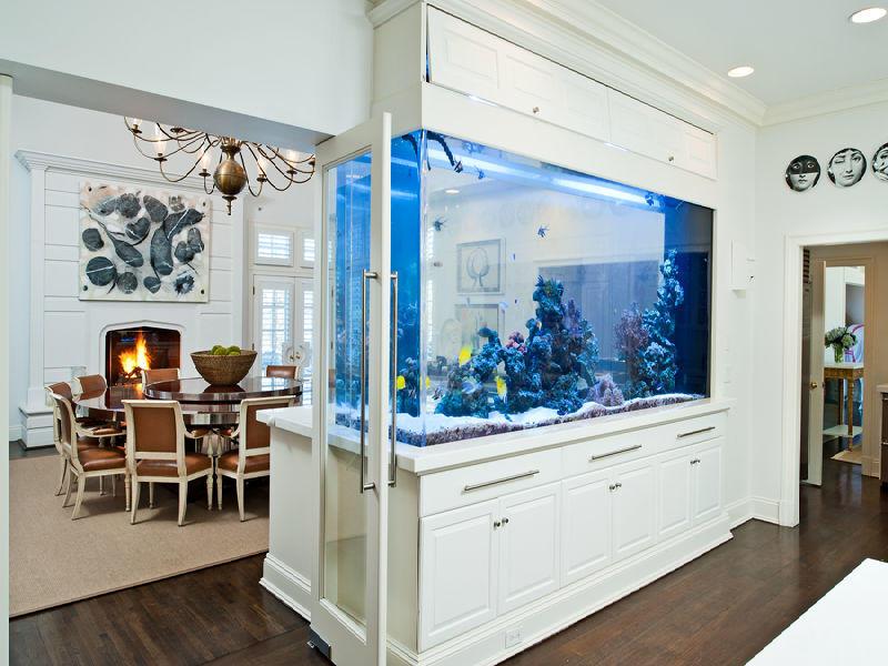 При наличии материальных средств, достаточной площади гостиной, можно заказать форму водоема по индивидуальному проекту