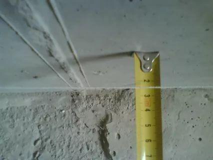 Учитывая особенность рельефа поверхности стен, возведенных из кирпича, минимальный слой штукатурки, который следует нанести на них, не должен превышать 0,5 см.