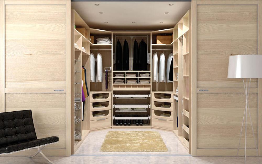 Для отделки стен в гардеробной комнате небольшого размера лучше использовать обои светлых оттенков