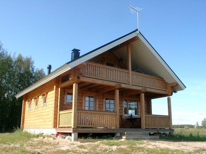 Аккуратный деревянный дом из клееного бруса