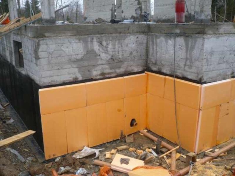 Утепляющие материалы закрепляются поверх гидроизоляции снаружи здания