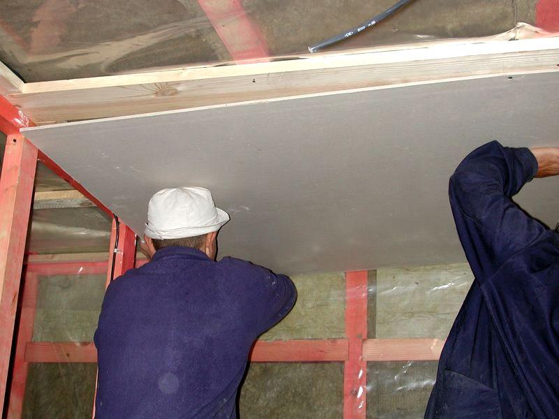 Вес цементно-стружечных панелей большой, поэтому поднимать его придётся вдвоём