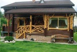 Стилизованное ограждение деревянного крыльца