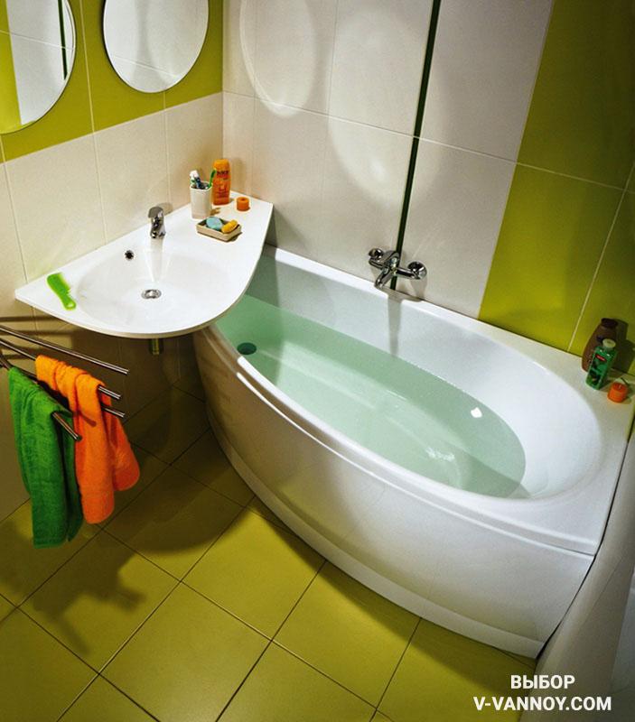 При наполнении маленькой ванной лучше использовать предметы обтекаемой формы. Таким образом, эксплуатация помещения будет по максимуму удобной.