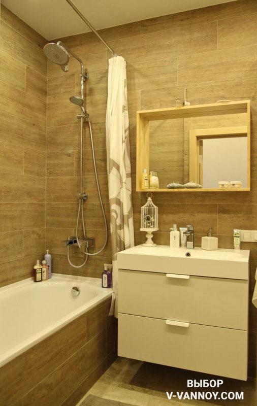Отделка ванной комнаты плиткой с текстурой дерева.