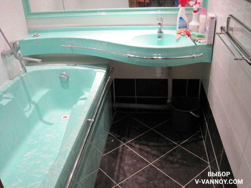 Умывальник и зеркало продолжаются над ванной. Плавные линии не создают препятствий, а полочку можно использовать для хранения банных принадлежностей.