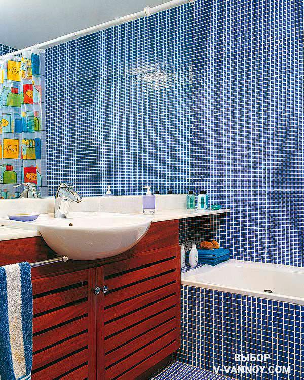 Зеркало от стены до стены маскирует реальные габариты ванной.