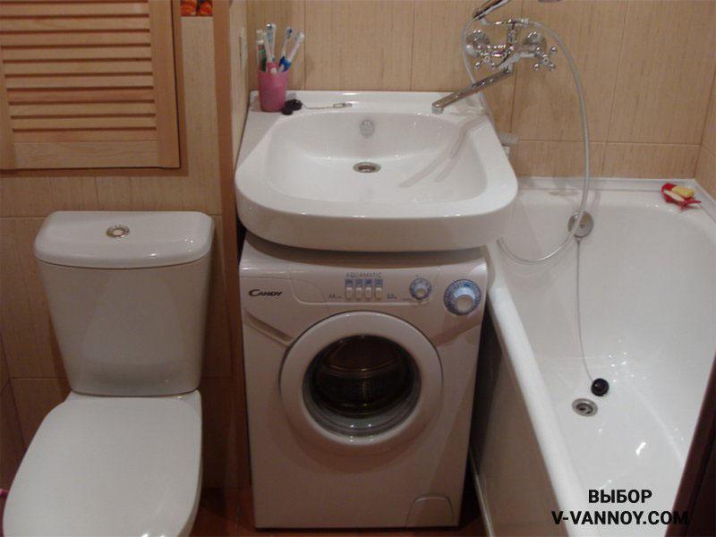Вместо тумбы установили стиральную машину. В таком случае умывальник монтируют выше рекомендуемых стандартов, но все необходимые функции сконцентрированы в периметре санузла. Для хранения можно предусмотреть навесной шкаф с зеркалом.