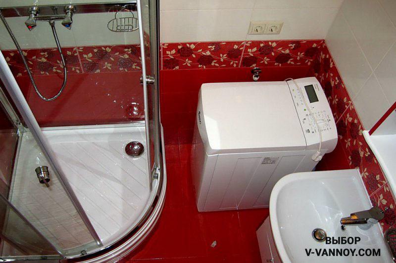 В данном случае выбрали стиральную машину с вертикальной загрузкой. Такой вариант наиболее компактен – нет необходимости оставлять зазор для открывания дверки.