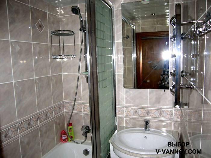 Вместо шторок можно установить стеклянный экран – он также защищает пол от попадания капель воды.
