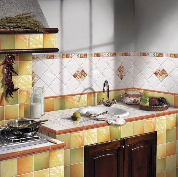 Комбинированная раскладка плитки на кантри-кухне