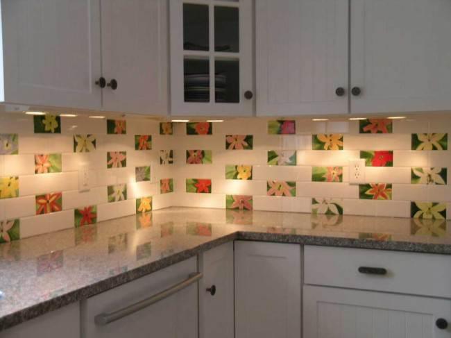 Фартук с ярким декором на кухне