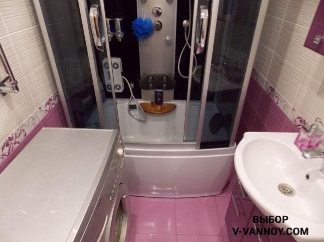 Душевая кабина в небольшом санузле – идеальный вариант, чтобы разграничить зону ванной и раковины. Раскладка плитки на стенах и полу способствует тому, что комната воспринимается цельно.